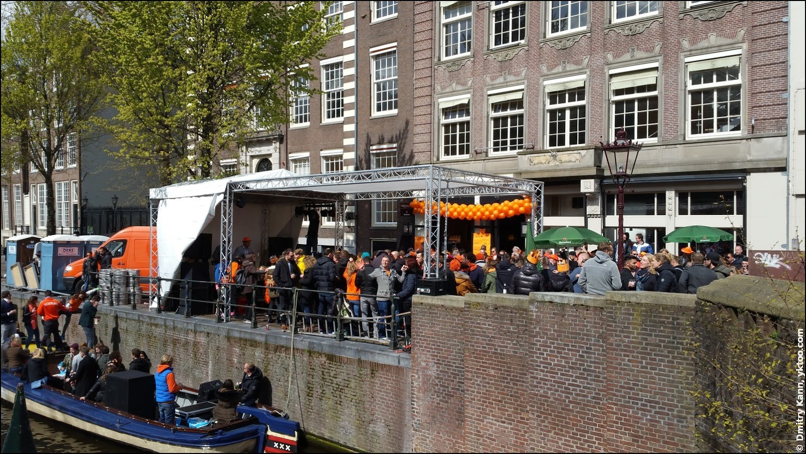 Dancing on the Muntplein.