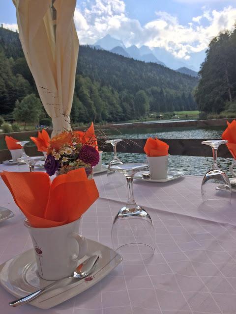 Hochzeitsempfang auf dem Floss Herbst-Hochzeit in den Bergen, Lila, Orange, Riessersee Hotel Garmisch-Partenkirchen, Bayern, Autumn wedding in Bavaria, Lilac and Orange