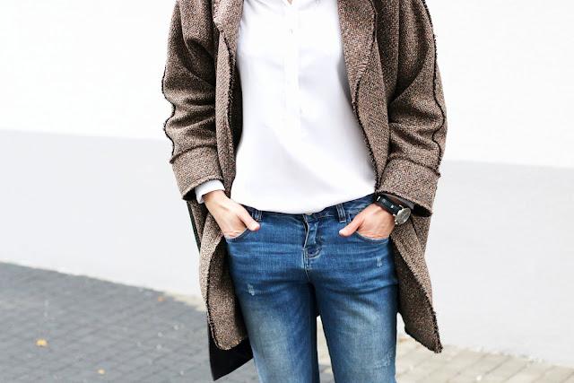 Mous, Napapiri, novamoda stylizacje, Novamoda style, jesienne inspiracje, jesienny płaszcz, jesienny styl, biała koszula, casual style, bagsi, moda, styl życia, kobiety, w stylu, streetstyle, blog po 30, brązowy płaszcz, oversize, koszula i jeansy, jesienna stylizacja