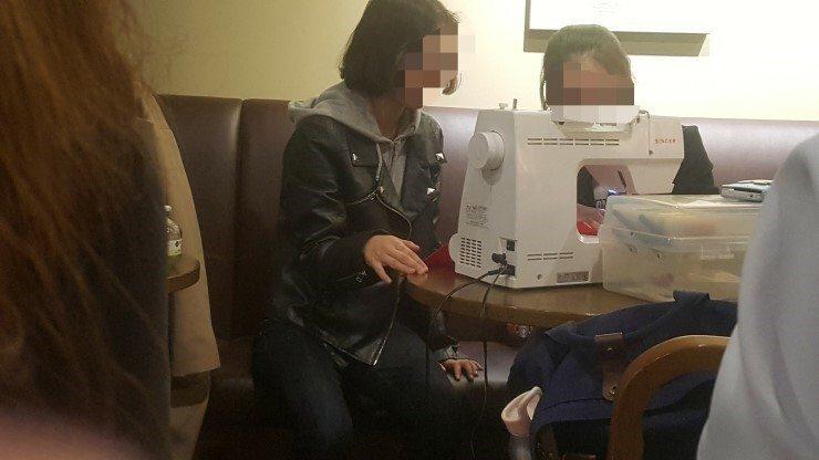Chicas coreanas cosiendo a máquina en una cafetería de Corea