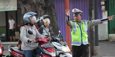 Kisah Seladi, Polisi Sederhana & Jujur yang Merangkap Jadi Pemulung
