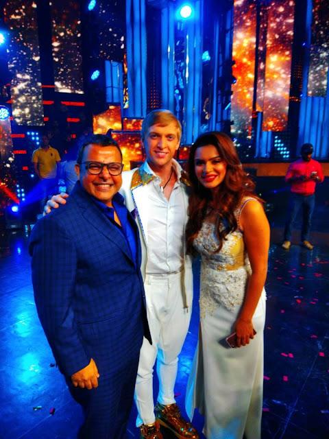 Mr. Vijay Jain with contestants Aashka Goradia Brent Globe