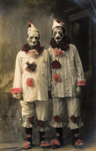 1800s Drawing Room: 27 Hilarious Vintage Photos Of People Dressed In Pierrot