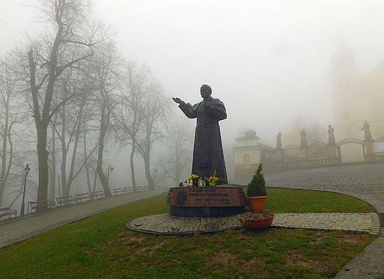 Pomnik Jana Pawła II na Placu Rajskim przed Bazyliką Matki Bożej Anielskiej w Kalwarii Zebrzydowskiej.