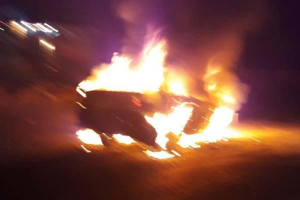 फरीदाबाद-गुरुग्राम रोड पर जलकर ख़ाक हो गयी कार