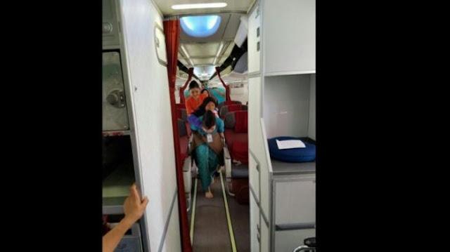Foto Pramugari Yang Gendong Seorang Nenek Untuk Turun Dari Pesawat Ini Jadi Viral Di Sosmed