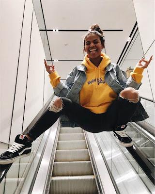 foto tumblr en escaleras eléctricas centro comercial