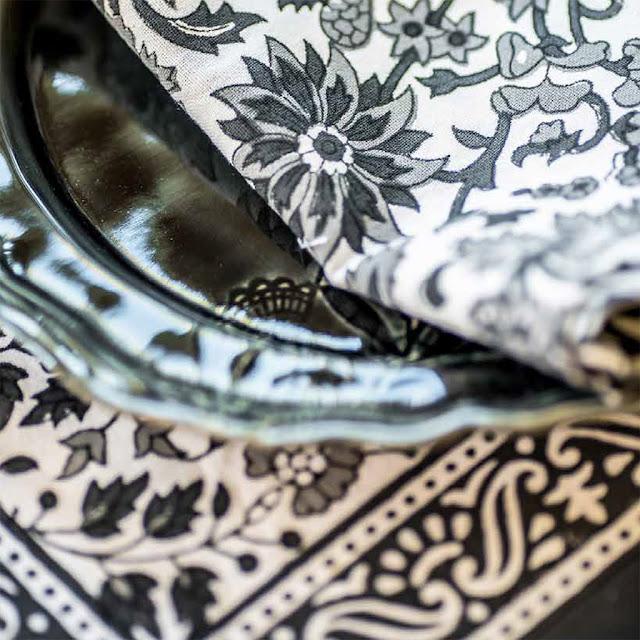 Mönstrade dukar från Chamois i svart och vitt hos Longcoast Living.