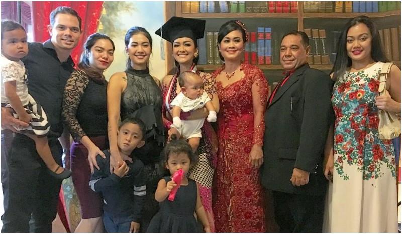 keluarga besar ikut bangga ada yang wisuda