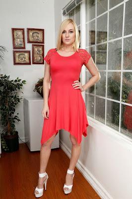 Kate England - Artis cantik berambut pirang gaun selalu indah dan mulus