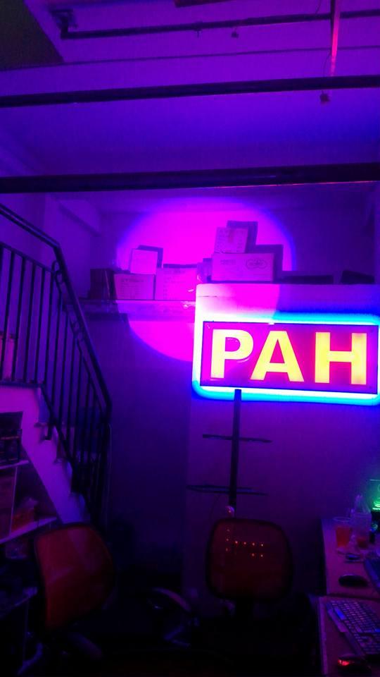 đèn follow chiếu màu hồng