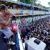 Carnaval: Folião sobe em cabine do trio de Igor Kannário e leva bronca