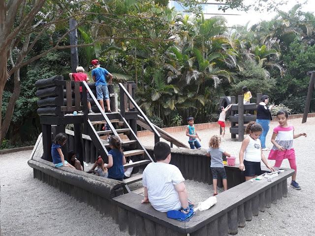 Brincando com amigos no parque