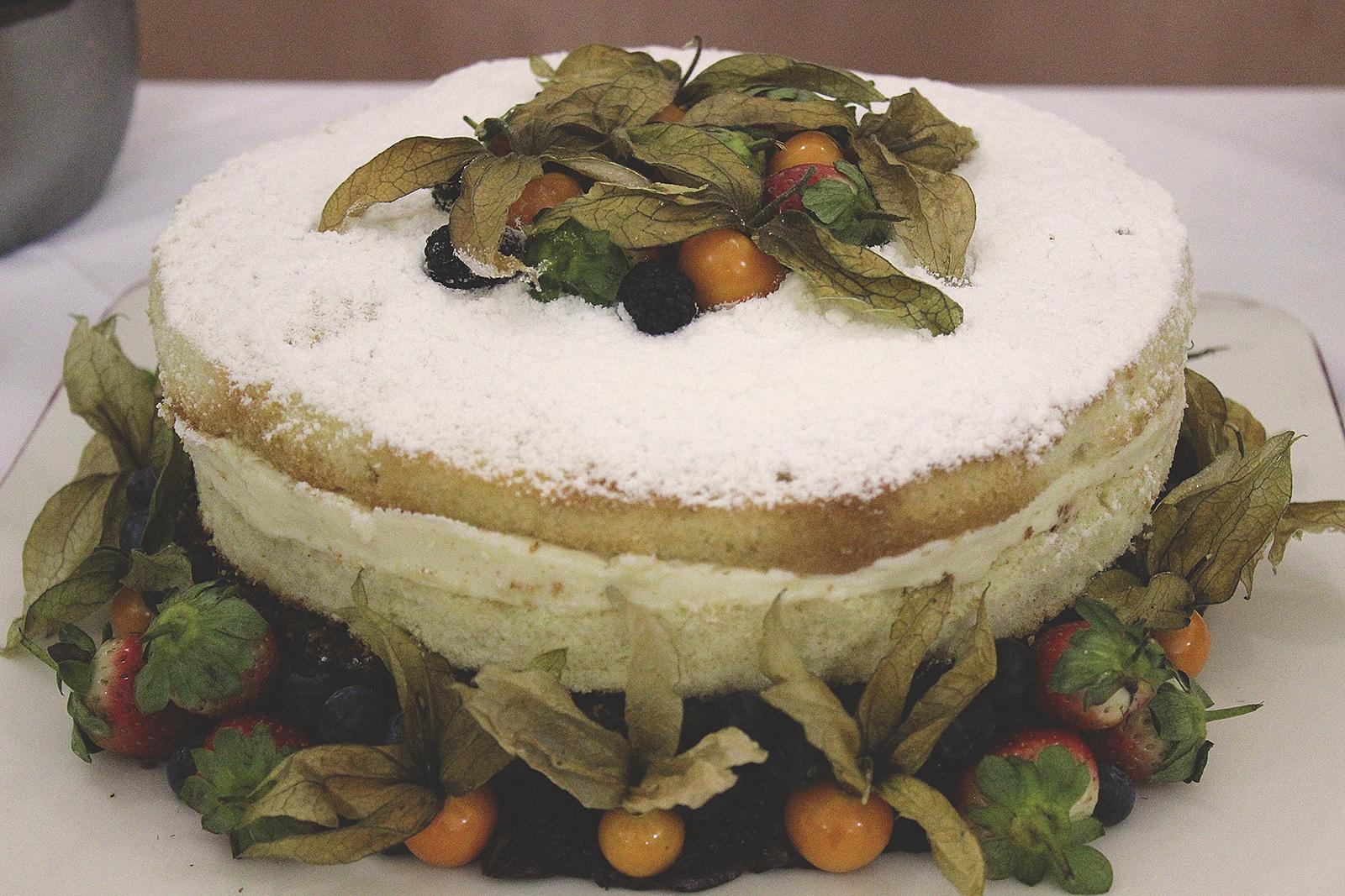Bolo naked cake branco frutas época