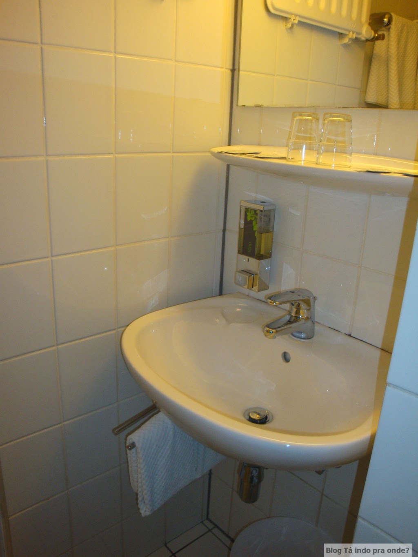 banheiro no quarto single no Empire Hotel, em Luxemburgo