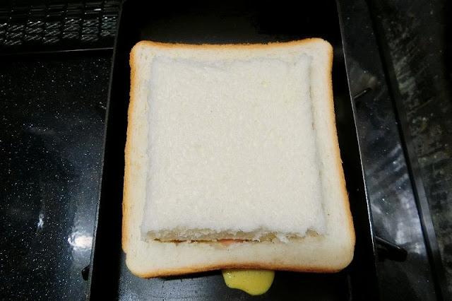 くり抜いた食パンの白い方をかぶせる