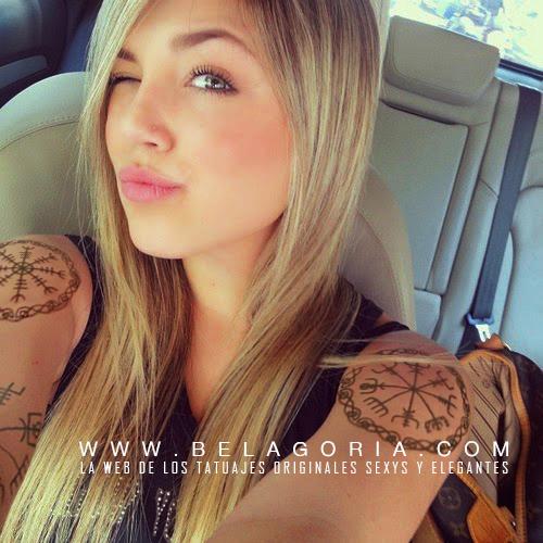 Vemos a una chica rubia en su coche , lleva tatuaje de llaves de shanna vikingo