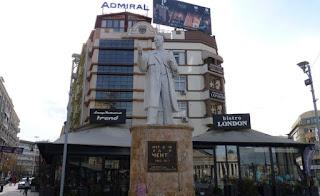 El centro de Skopje está repleto de estatuas.