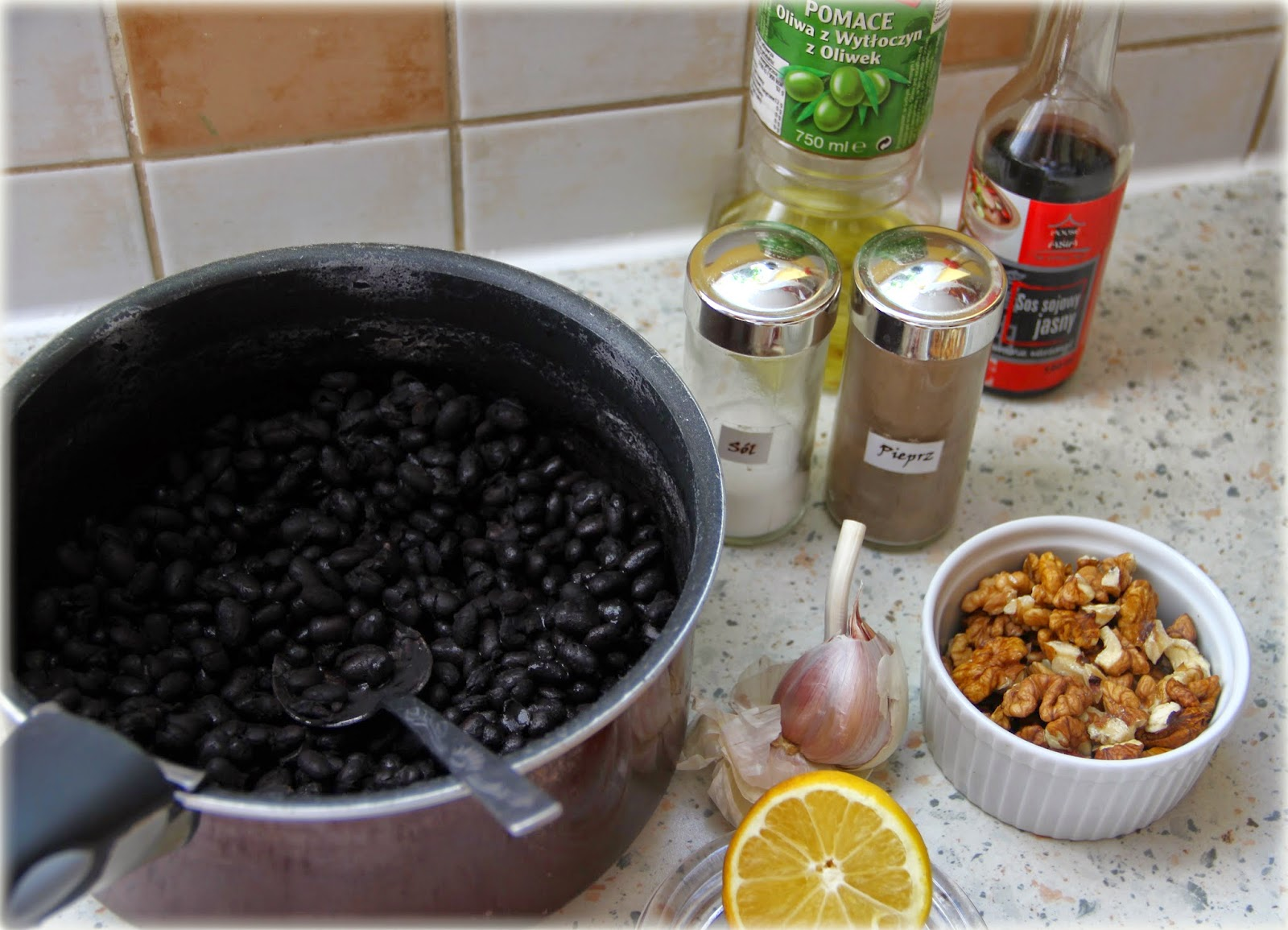 Pasta z czarnej fasoli (orzechowo-czosnkowa)