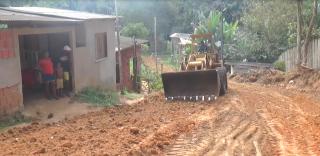 Moradores pagam máquina para melhorar rua no bairro São José