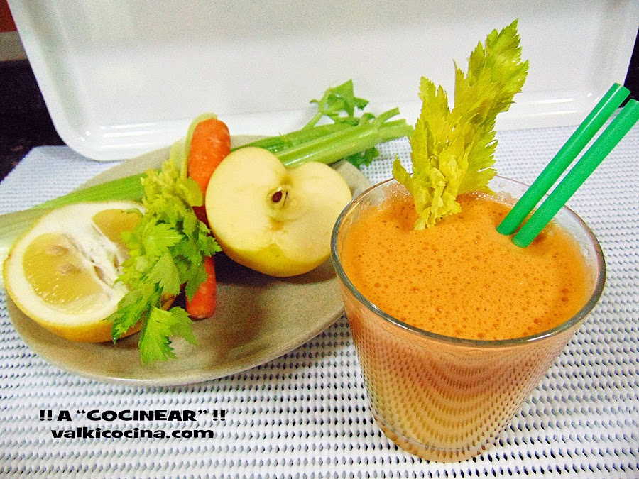 Licuado o jugo depurativo de manzana, zanahoria, apio y limón