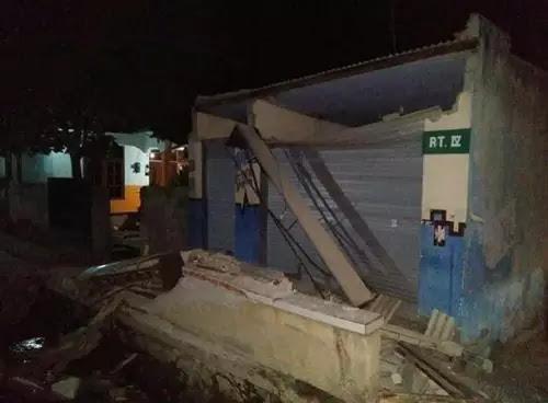 Rumah warga yang hancur karena gempa
