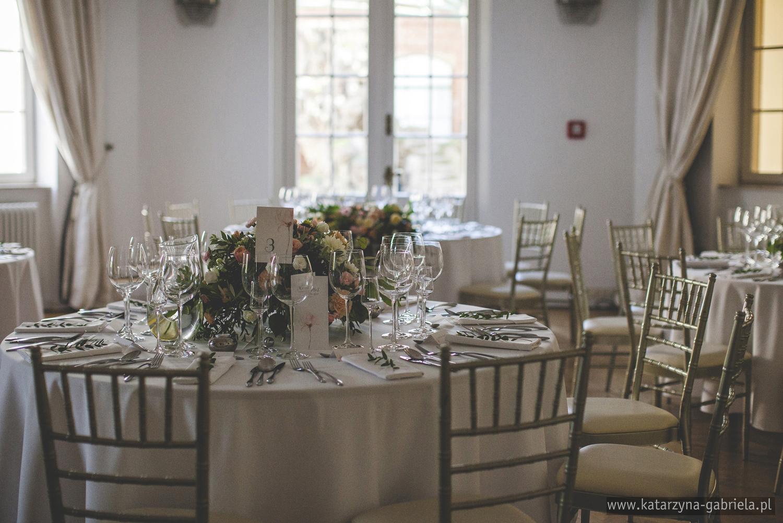 Dekoracje sali, Śluby międzynarodowe, Polsko Francuskie wesele, Ślub Cywilny w plenerze, Ślub w stylu francuskim, Romantyczny ślub, Wesele w Pałacu Goetz, Zagraniczni goście na weselu, Francuska inspiracja ślubna, Blog o ślubach, Najpiękniejsze śluby w Polsce.