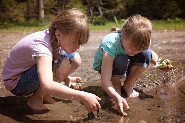 niños jugando con el barro