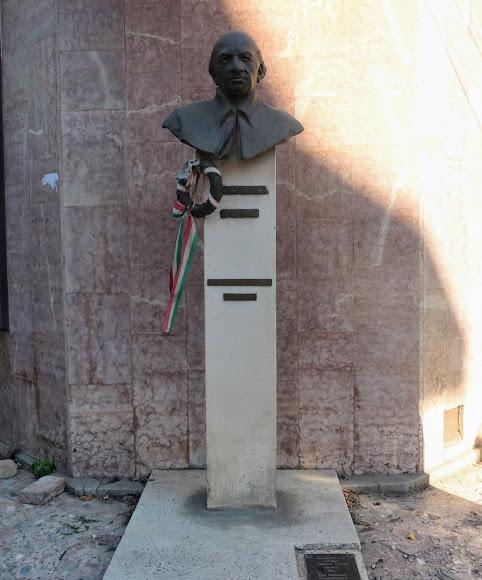 Берегово. Площа Кошута. Пам'ятник Дьюла Ійеша – угорському письменнику і громадському діячу