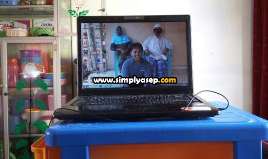 LAPTOP : Kebiasaan online di Laptop seperti dalam foto ini memang mengasyikan namun jika anda kurang memperhatikan faktor security (keamanan) resiko akun anda diretas hacker menjadi sangat terbuka. Foto Asep Haryono