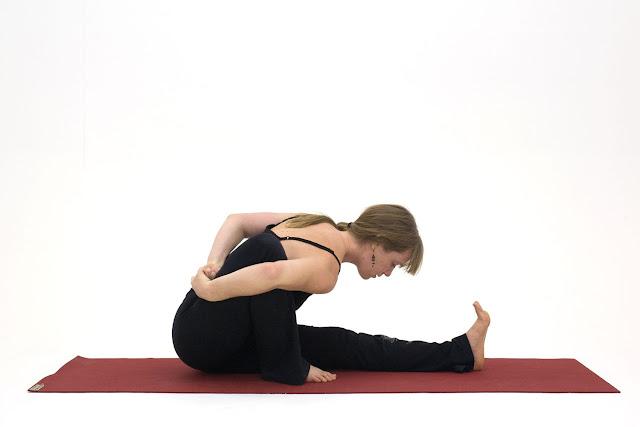 Mỗi ngày một tư thế Yoga || 44 Tư thế dâng lên nhà hiền triết Marichi 1