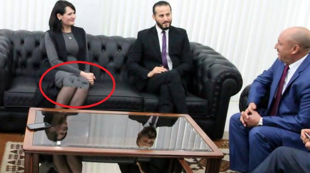 فستان وزيرة الشباب والرياضة التونسية يضعها في موقف محرج!