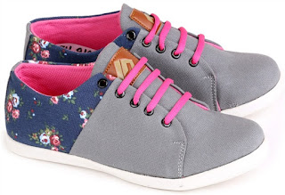 6 Kelebihan Wanita Yang Sering Menggunakan Sepatu Kets