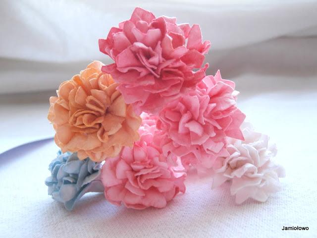 kolorowe kwiaty wykonane z papieru akwarelowego