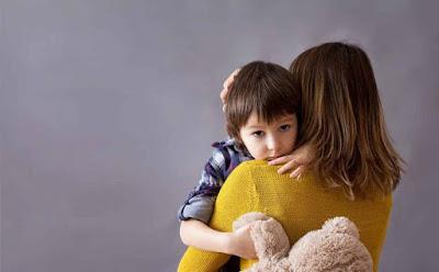 هذه هي الأمور الخمسة الوحيدة التي يتذكرها طفلك عنك امرأة تحتضن طفل woman hugging child kid boy