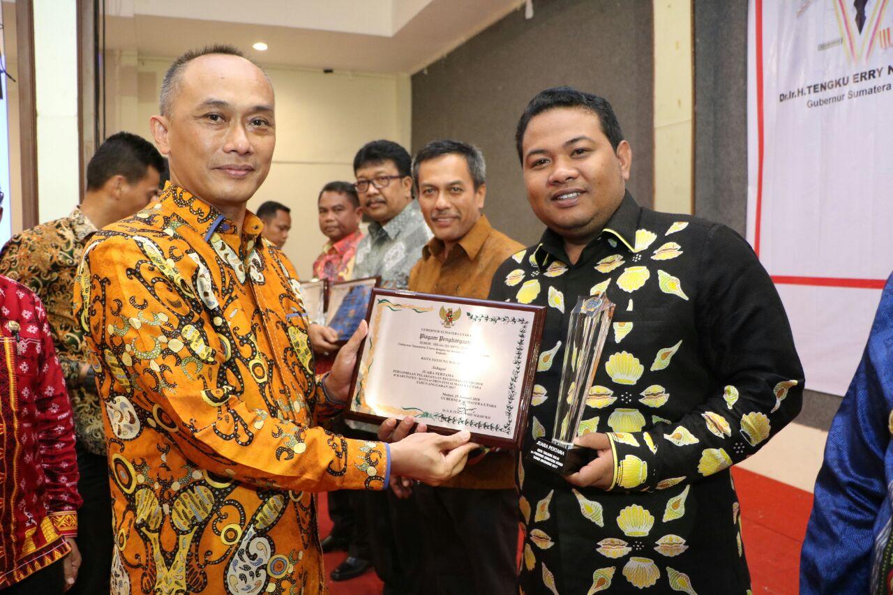Dirjen Kependudukan dan Pencatatan Sipil Kemendagri Prof Dr Zudan Arif Fakrulloh saat menyerahkan penghargaan kepada Walikota Tanjungbalai H M Syahrial di Garuda Plaza Medan, baru-baru ini.