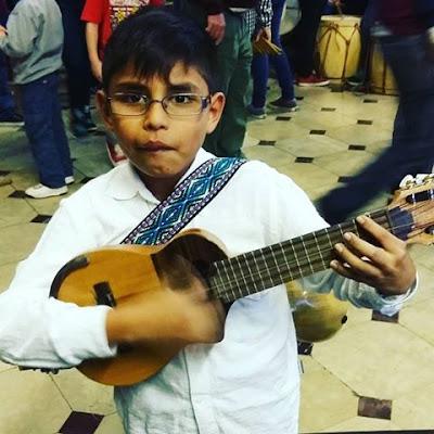 Niño charangista probando un de nuestros instrumentos. Claudio Rojas (Luthier)