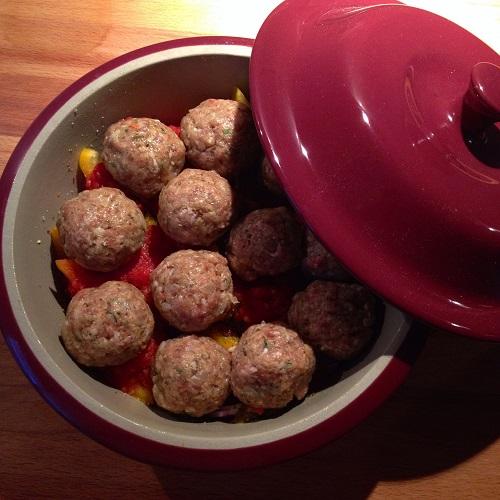 Hackbällchen mit Käsekruste auf Paprika-Zwiebel-Gemüse aus dem kleinen Zaubermeister