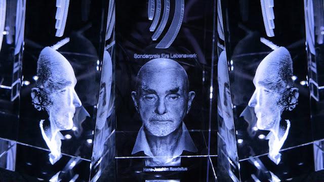 Les trois côtés du trophée reçu par Hans-Joachim Roedelius aux Schallwelle Awards / photos : John Dylan Spooner
