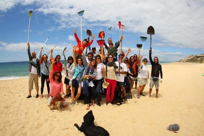 Brigada do Mar a limpar a praia