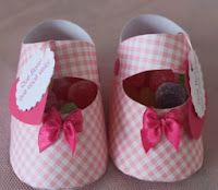 http://translate.googleusercontent.com/translate_c?depth=1&hl=es&rurl=translate.google.es&sl=pt-BR&tl=es&u=http://ohbabyboy.wordpress.com/2011/07/13/tutorialfree-download-baby-shoes-favors/&usg=ALkJrhjByySki-cOzK_ZVn1fHBc8ei1fFw