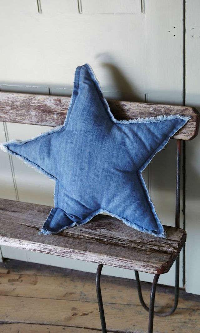 cojín con forma de estrella hecho con tela vaquera