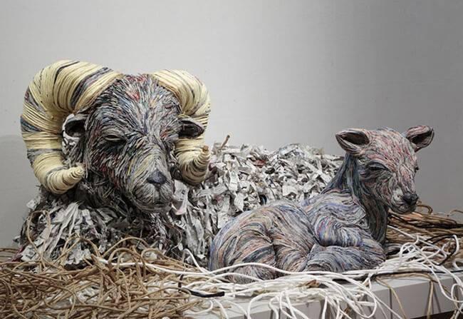 Esculturas feitas de jornal