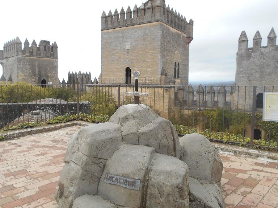 En el interior del Castillo podemos encontrar una réplica de la espada Excalibur.