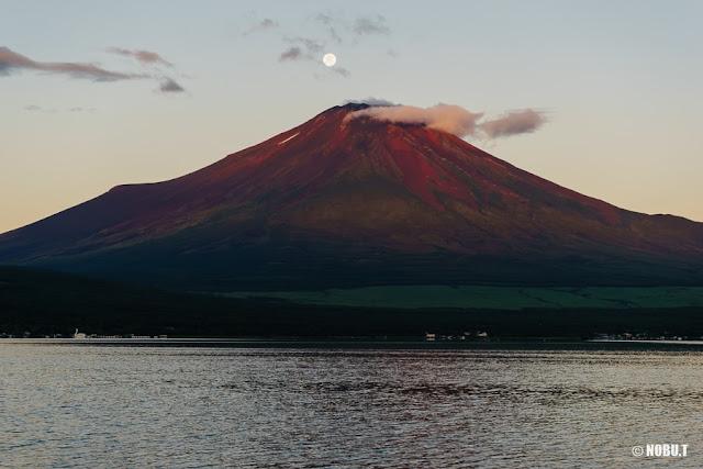月と赤富士~山中湖