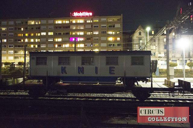 roulottes couchette des employés du cirque chargée sur un train