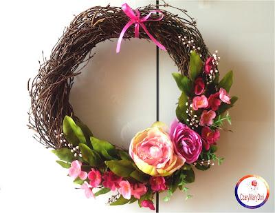 Wiosenny wianek na drzwi z kwiatami wiśni w różu i zieleni na brzozie