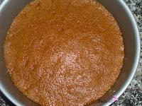 Mezcla de la galletas y mantequilla puestas en el molde