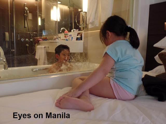Century Park Hotel Manila: Bathtub