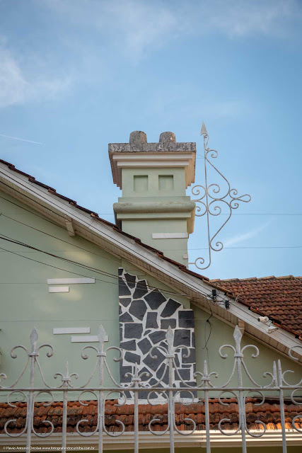 Outra casa na Paula Gomes - detalhe de ornamento de ferro na chaminé